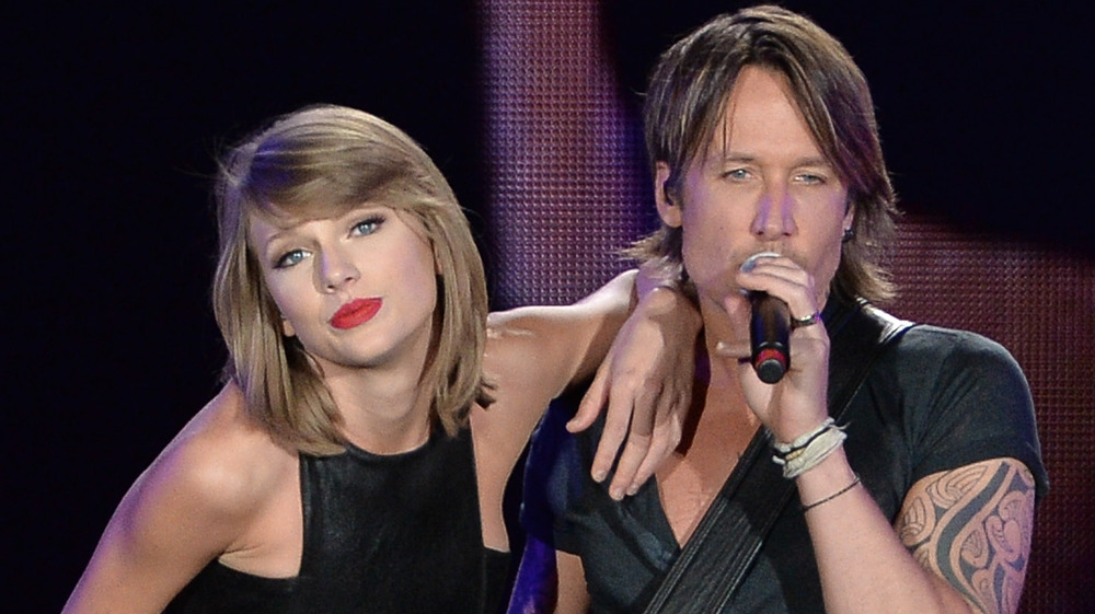 Taylor Swift y Keith Urban actuando en el escenario