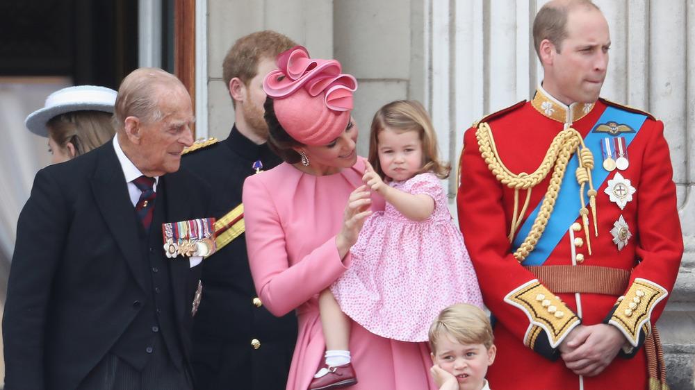 El príncipe Felipe mirando a la bebé Charlotte