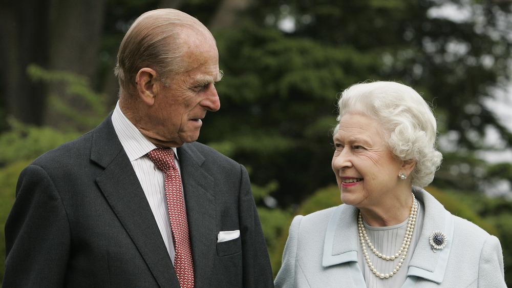 El príncipe Felipe y la reina Isabel II se sonríen el uno al otro