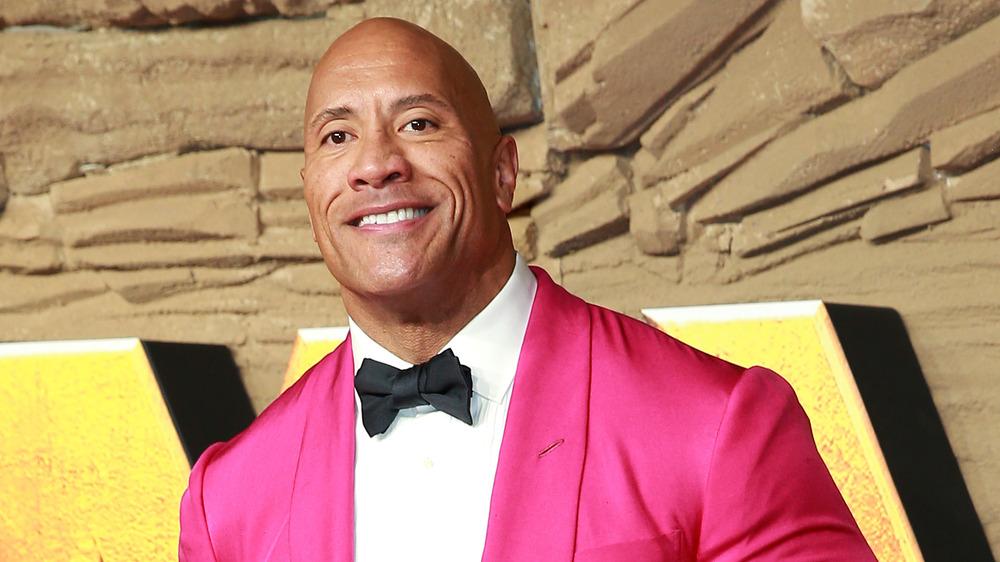 Dwayne Johnson vistiendo una chaqueta rosa