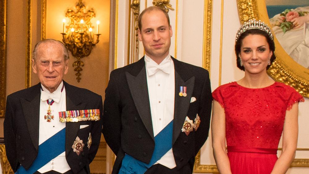 El príncipe Felipe, el príncipe William y Kate Middleton posando