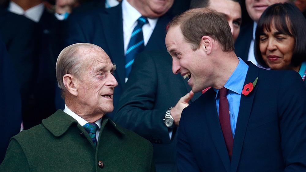 El príncipe Guillermo y el príncipe Felipe charlando