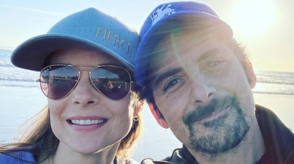Kimberly Williams-Paisley y Brad Paisley sonriendo