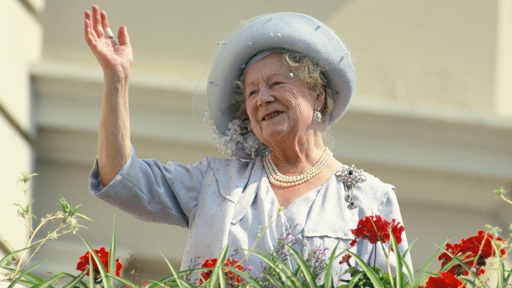 La reina madre saludando