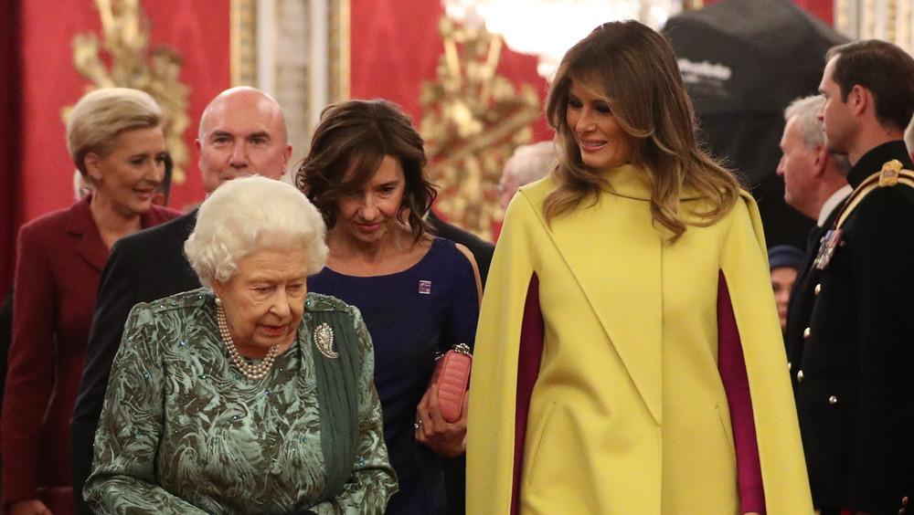 Melania Trump hablando con la Reina