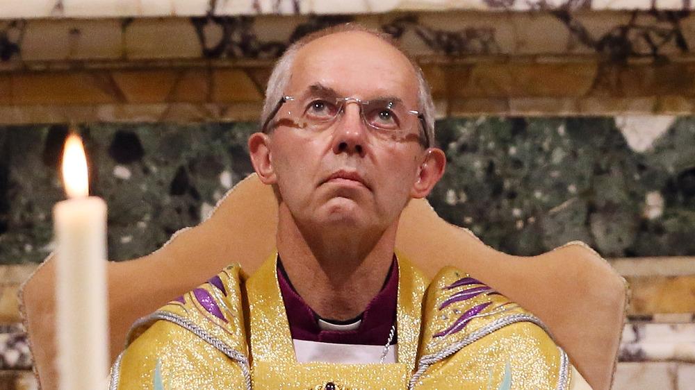 Arzobispo de Canterbury Justin Welby mirando hacia arriba