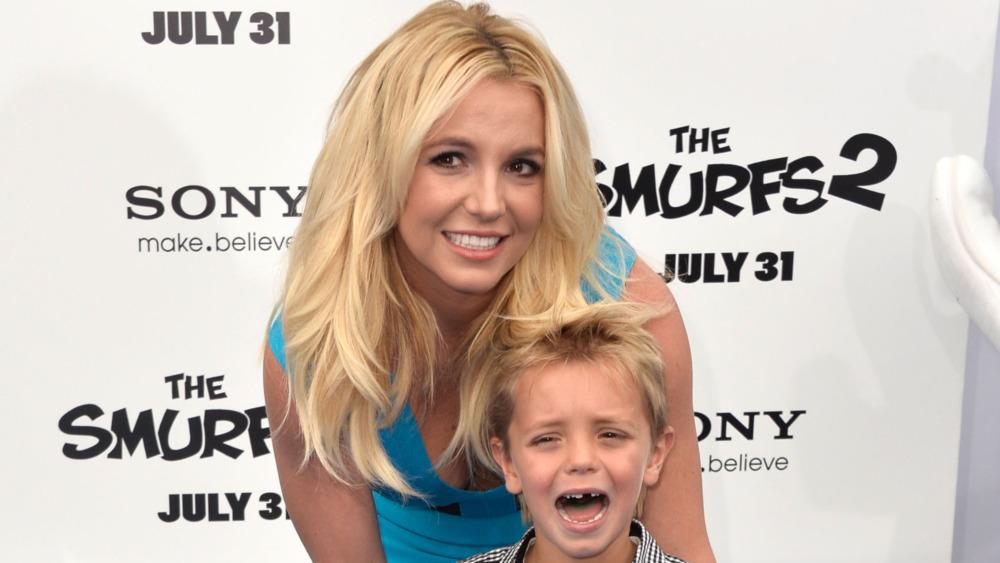 Britney Spears con su hijo que está llorando
