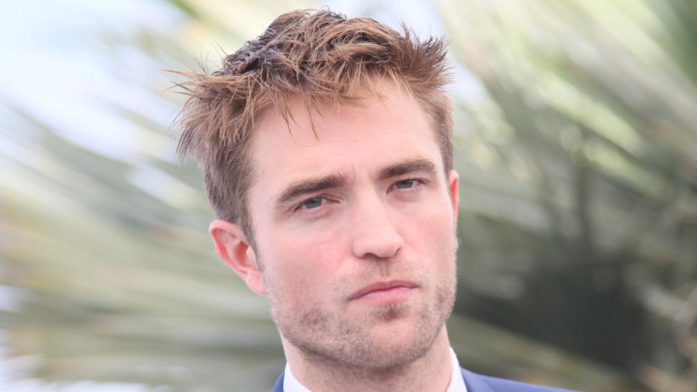 Robert Pattinson frunciendo el ceño