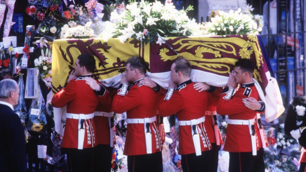 Guardias galeses llevaron el ataúd de la princesa Diana en su funeral