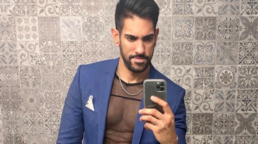 Amrit Kapai haciéndose una selfie
