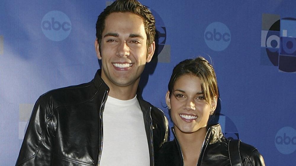 Missy Peregrym y Zachary Levi sonriendo