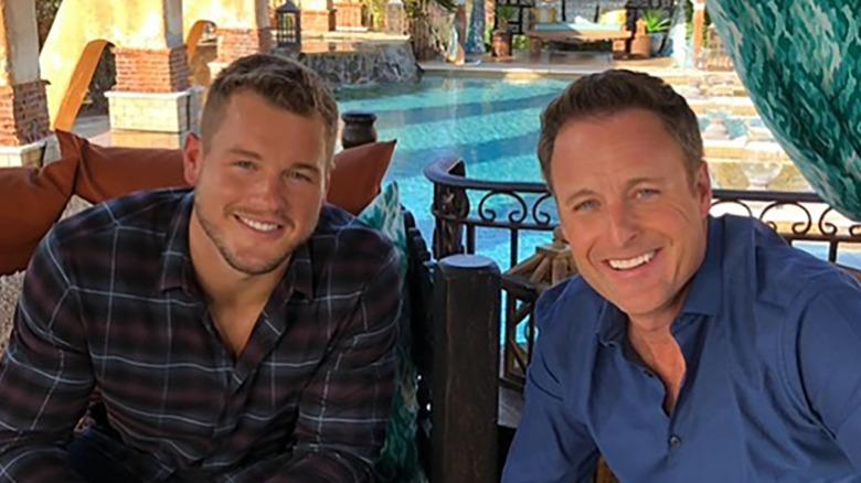 Colton Underwood y Chris Harrison junto a una piscina
