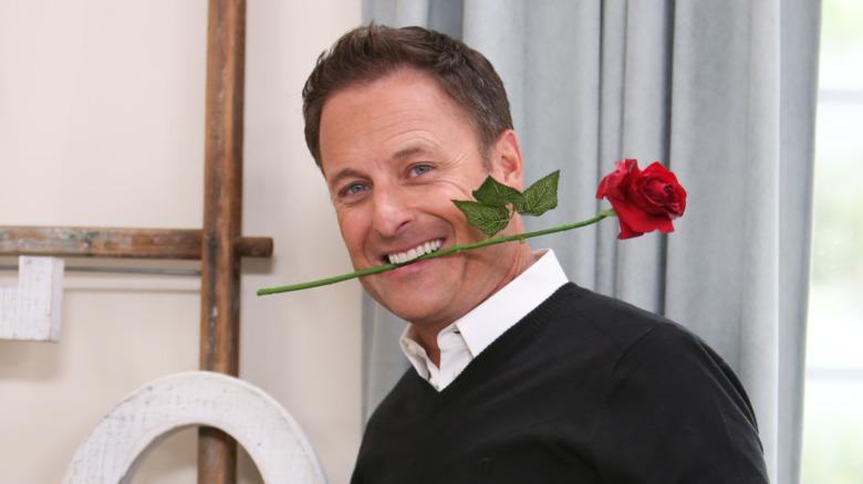 Chris Harrison sosteniendo una rosa