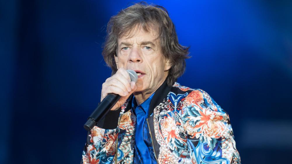 Mick Jagger actúa en el escenario
