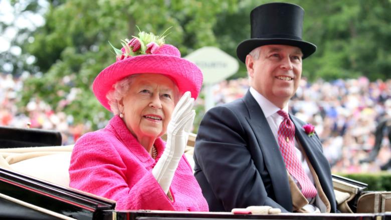 La reina Isabel II y el príncipe Andrés sonriendo