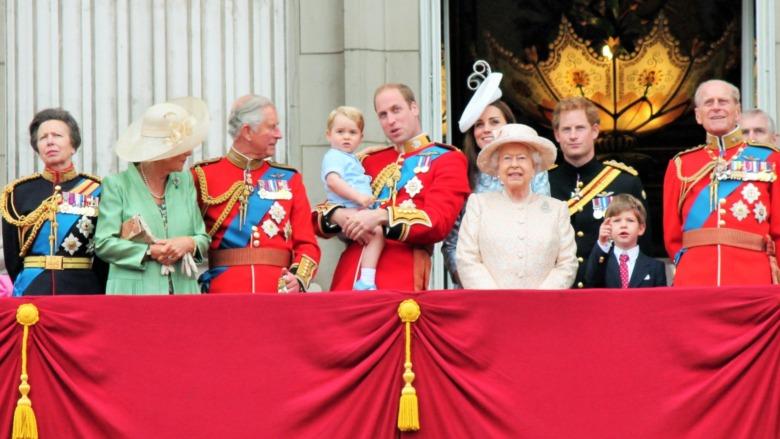 La familia real con uniformes militares.