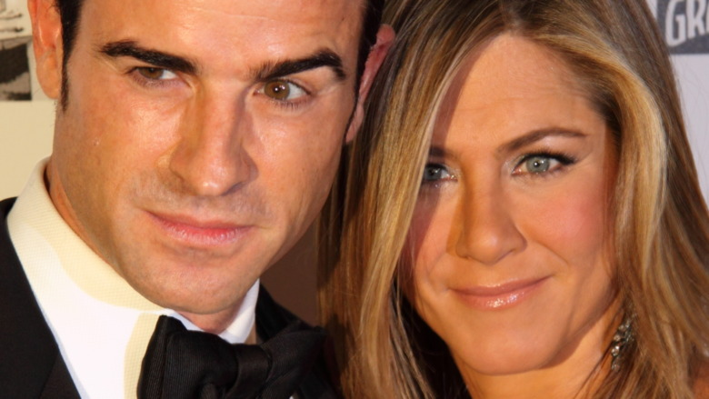 Justin Theroux y Jennifer Aniston posando