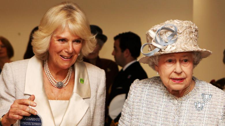 Camilla Parker Bowles y la Reina Isabel en un evento juntas