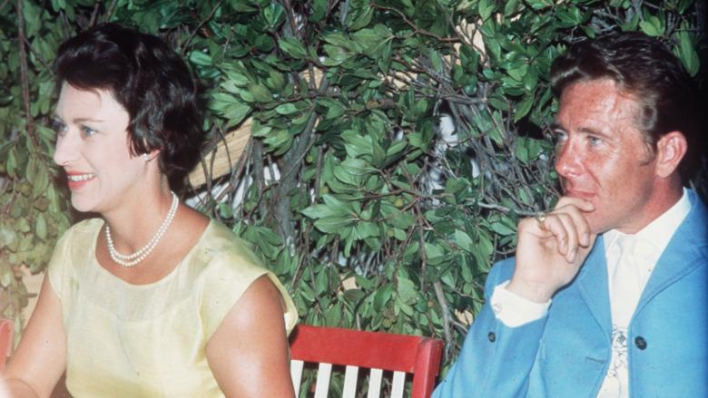 Princess Margaret sentada junto a Antony Armstrong-Jones