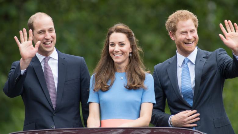 El príncipe William, Kate Middleton y el príncipe Harry saludando