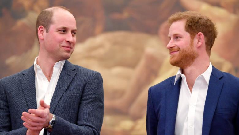 El príncipe William y el príncipe Harry mirándose