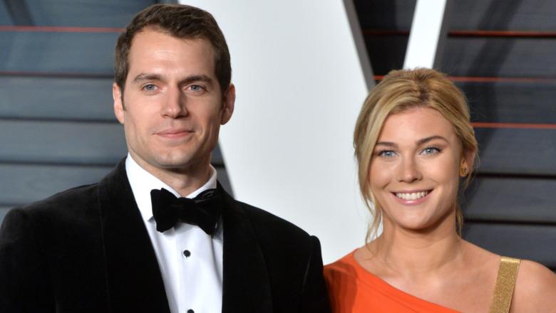 Henry Cavill y Tara King en un evento de los Oscar