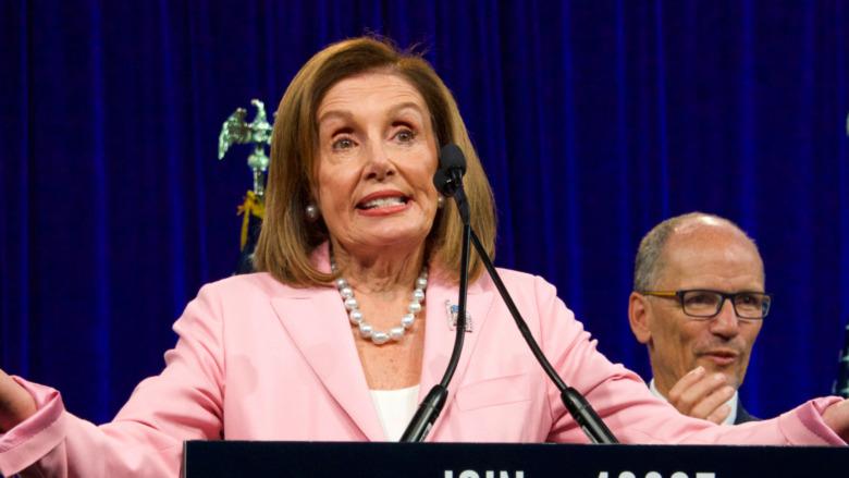 Nancy Pelosi encogiéndose de hombros