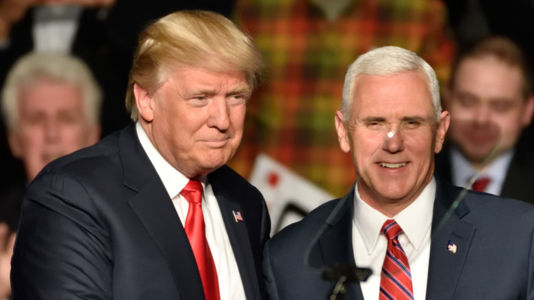 Mike Pence estrechándole la mano a Donald Trump