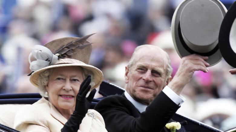 La reina Isabel y el príncipe Felipe en coche