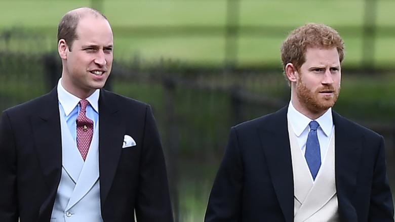 El príncipe William y el príncipe Harry en ropa formal
