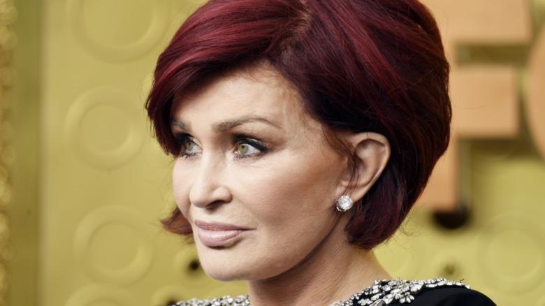 Sharon Osbourne mirando fijamente