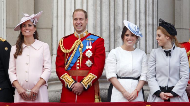 Catalina, duquesa de Cambridge, el príncipe Guillermo, la princesa Eugenia y la princesa Beatriz sonriendo