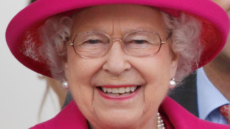 Traje rosa sonriente de la reina Isabel