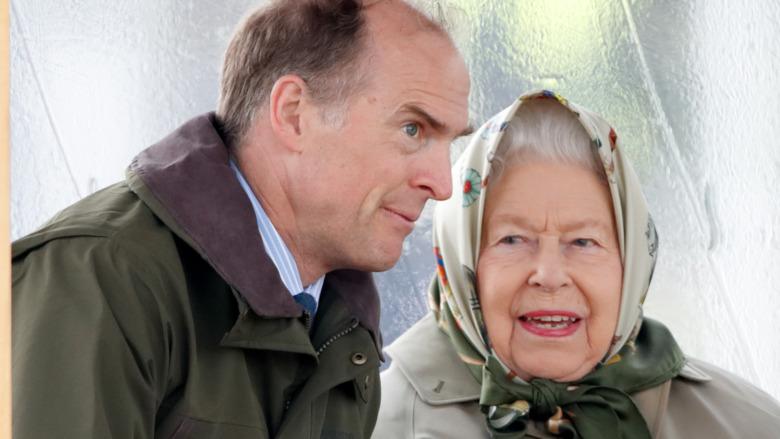 El príncipe Donato conversando con la reina Isabel