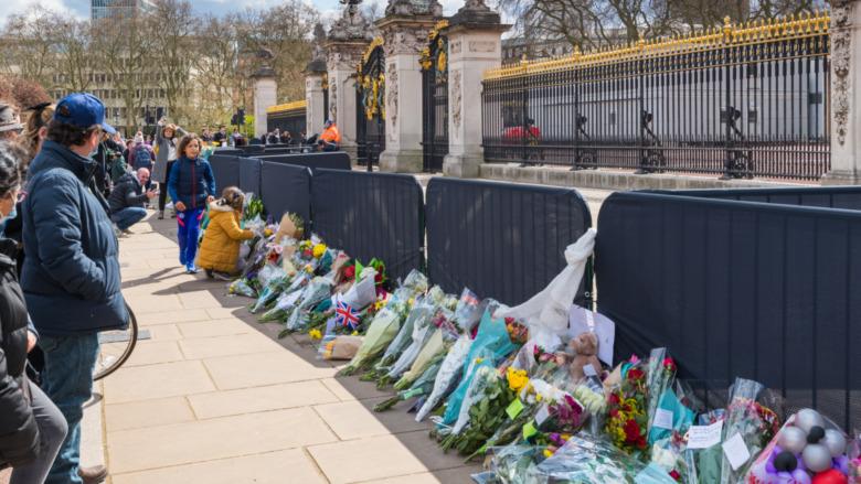 Se colocan ramos de flores frente al Palacio de Buckingham.