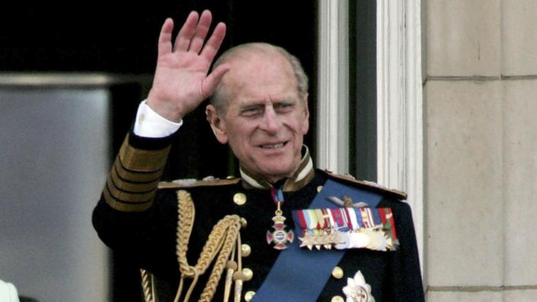 El príncipe Felipe saludando