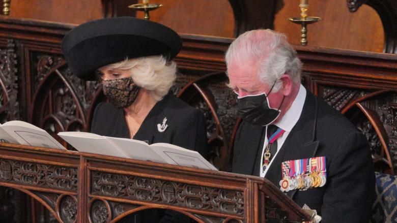 El príncipe Carlos y Camilla sonriendo