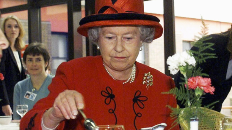 La reina Isabel II bebe té