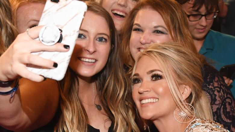Carrie Underwood sonrientes fans