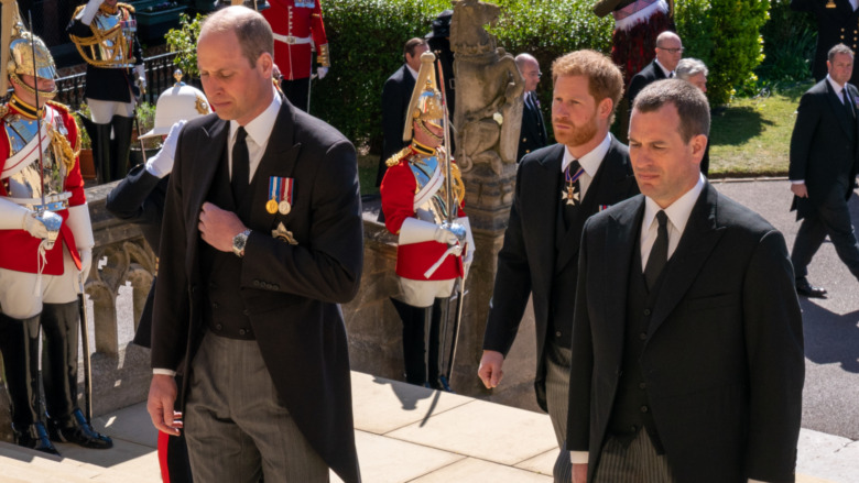 El príncipe William, el príncipe Harry y Peter Philips caminando