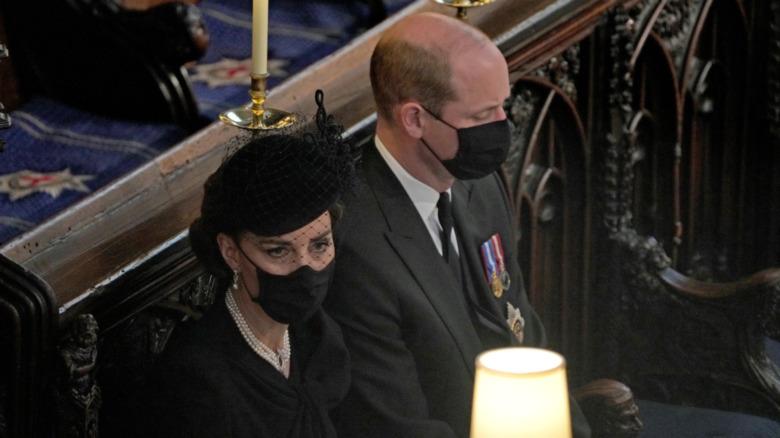 Kate Middleton y el príncipe William sentados en la capilla de San Jorge