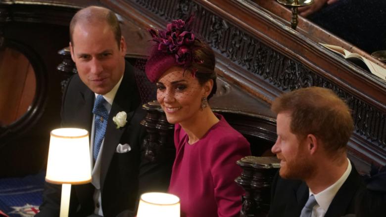 Príncipe William, Kate Middleton y el príncipe Harry hablando