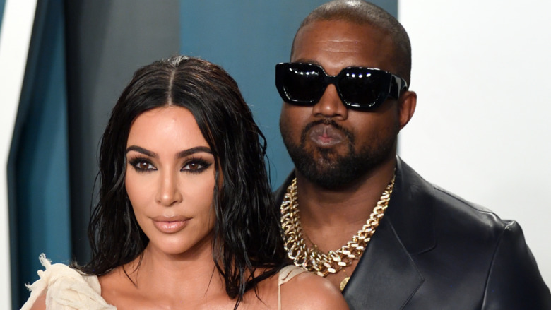 Kim Kardashian y Kanye West posando juntos