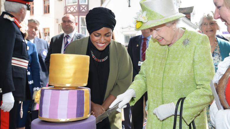 La reina Isabel II recibe su pastel de cumpleaños número 90