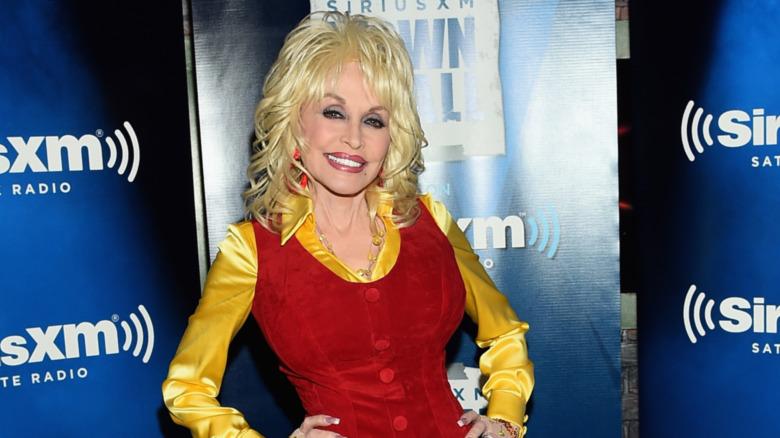 Dolly Parton posando para las fotos