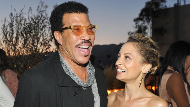 Lionel Richie y Nicole Richie riendo juntos