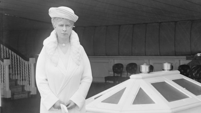 Queen Mary posando en el yate real