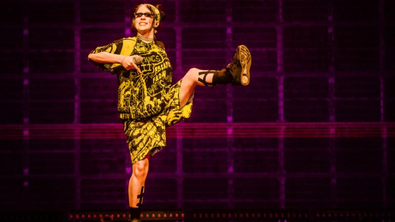 Billie Eilish actuando en el escenario