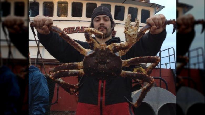 Mahlon Reyes posando con cangrejo