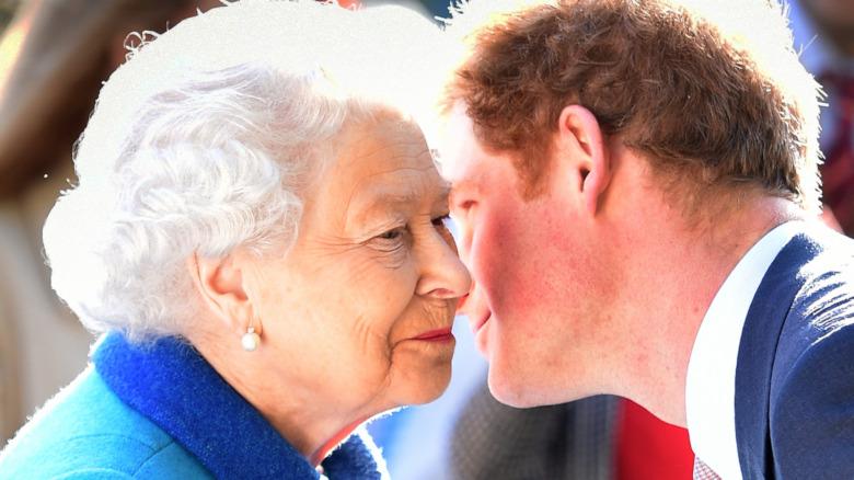 El príncipe Harry, la reina Isabel, besos